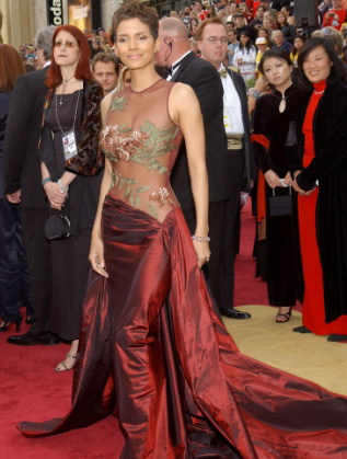 """Холи Бери на """"Оскар""""-ите през 2002 г."""