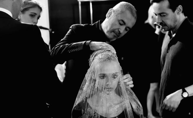 Дизайнерът залага на блясъка в роклите. Съчетава качествени материи, фини бродерии и внимание към детайла. Най-важното за Сааб е роклята да подчертава формите на жената.