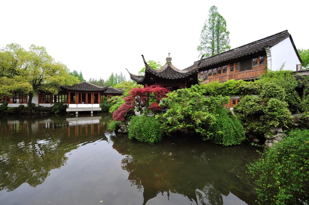 Градините в Суджоу – класическият дизайн на китайска градина, който има за цел да пресъздаде природните ландшафти в миниатюри, може да се види най-добре в деветте градини на историческия град Суджоу.