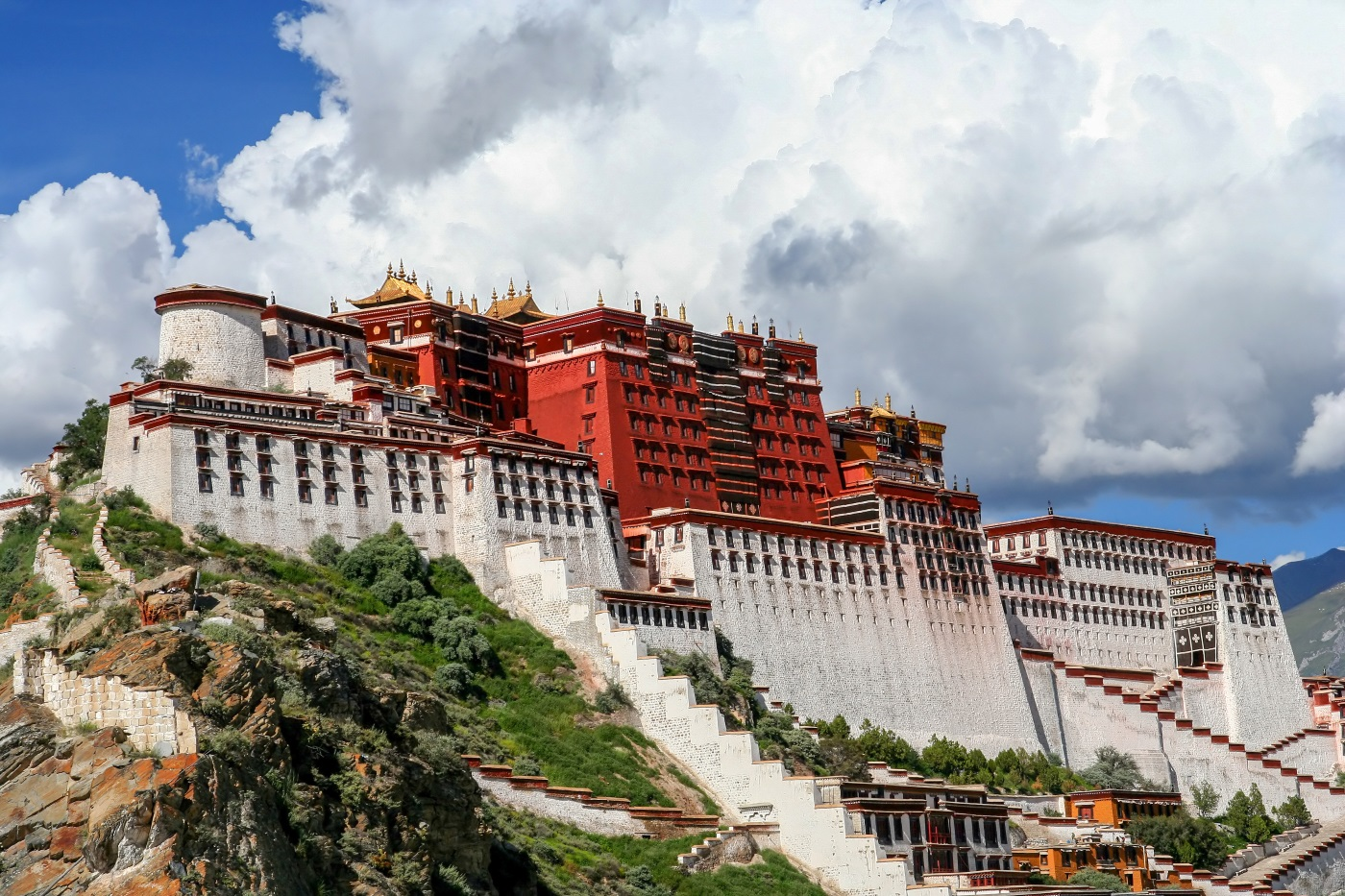 Дворецът Потала – архитектурно чудо и духовен дом на Далай Лама. Най-високият дворец в света, той се издига на 3700 м над морското равнище, има 13 еажа и повече от 100 стаи. Общата площ на дворцовия комплекс е 360 хиляди квадратни метра.