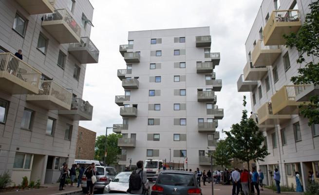 Жилищната сграда в Източен Лондон, в която е живял един от терористите и където бяха арестувани 12 души