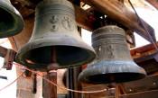 Свещеник бие камбаните в чест на загубата на Юве