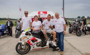 Мартин Чой кара с 30 любители мотоциклетисти