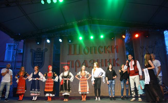 Победителката в конкурса е Надежда Мишева (първото момиче от ляво на дясно)