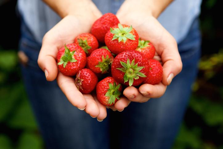 <p>Ако искате да се разхубавите по естествен път, ягодите са едно чудесно средство за тази цел. Те са особено богати на елагична киселина, която се бори срещу бръчките.</p>