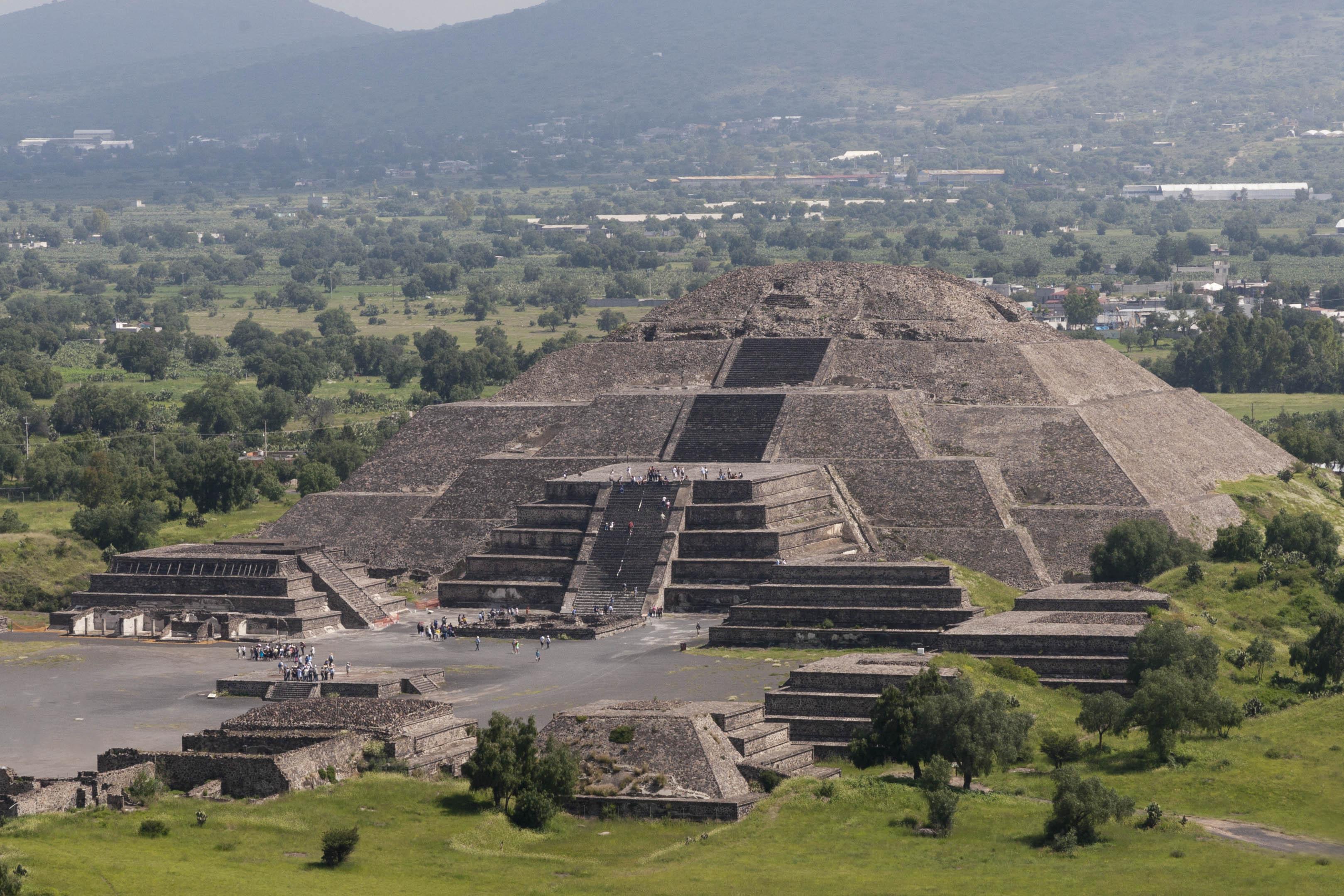 """Теотиуакан е археологически обект в Мексико, който е разположен на 48 км североизточно от днешната столица град Мексико. В най-точен превод от науатл, името на града се произнася с ударение върху уа (Теотиуа́кан) и ще рече """"Където боговете са сътворени"""" или """"Място на боговете"""". В предколониално Мексико той е представлявал многолюден град, културно-икономически и култово-религиозен център. Основан е около I век пр.н.е. от неизвестни индиански племена. По неизвестни причини градът е напуснат и става необитаем през IX век. 3 века по-късно е """"преоткрит"""" от ацтеките, които използват храмовия комплекс за култови ритуали."""