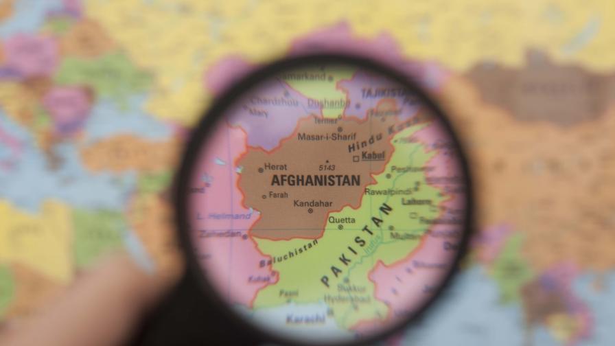 <p>Афганистанско момиче застреля талибани, убили родителите му</p>