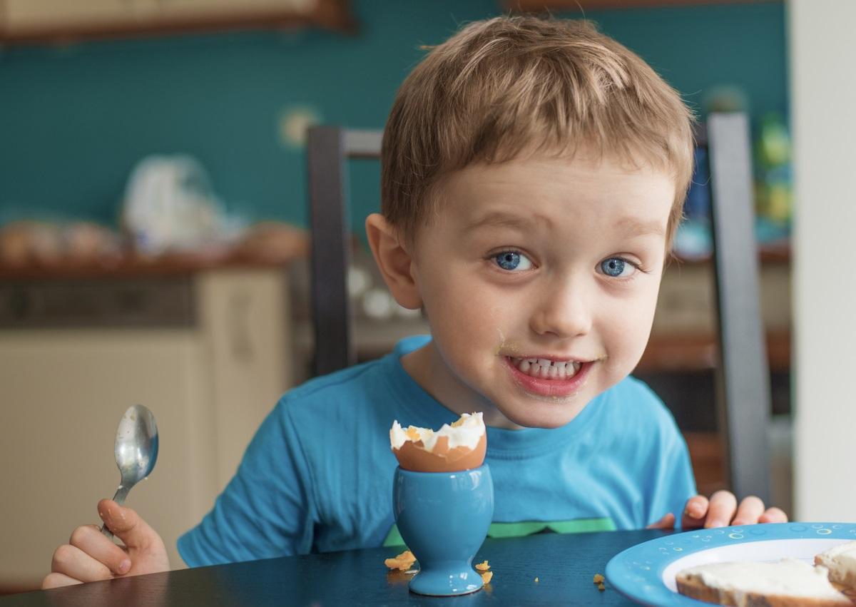 1. Здрави зъби - яйцата, заедно с рибата, млякото и гъбите, са добър източник на витамин D.Eдно яйце дневно ви осигурява 10% от препоръчителните дневни дози. От своя страна, витамин D заздравява зъбите и венците и помага за абсорбирането на калция.