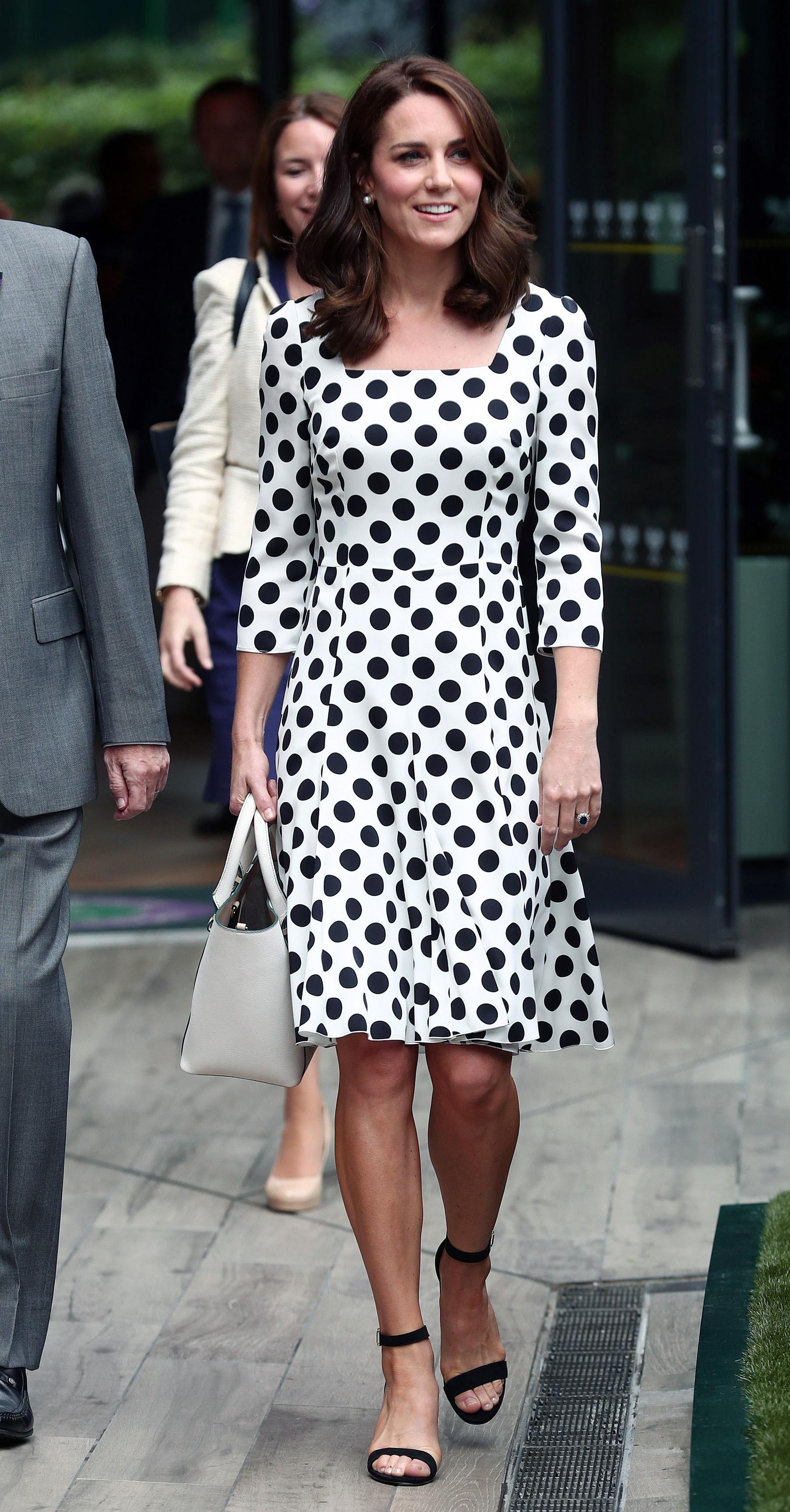"""""""Рециклиране"""" на тоалети<br /> Фотообективите неведнъж са улавяли Кейт да носи един и същи тоалет на две различни събития. Херцогинята сменя само аксесоарите и обувките."""