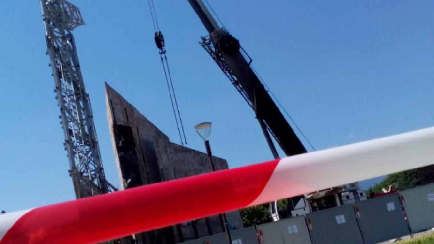 Запалиха крана, който демонтира паметника при НДК
