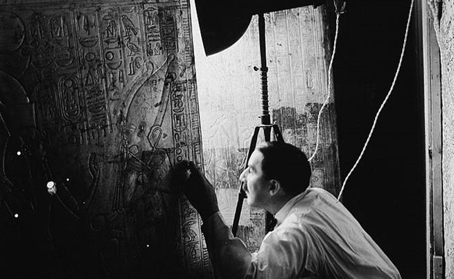 Хауърд Картър отваря една от поредните врати към последния саркофаг на Тутанкамон