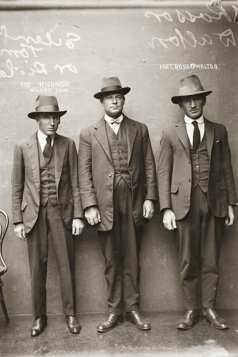"""Снимка на """"Тихия Том"""" Ричардс, Т. Рос, и Уолтън, направена на 12 април 1920 г. най-вероятно в Централното полицейско управление в Сидни."""