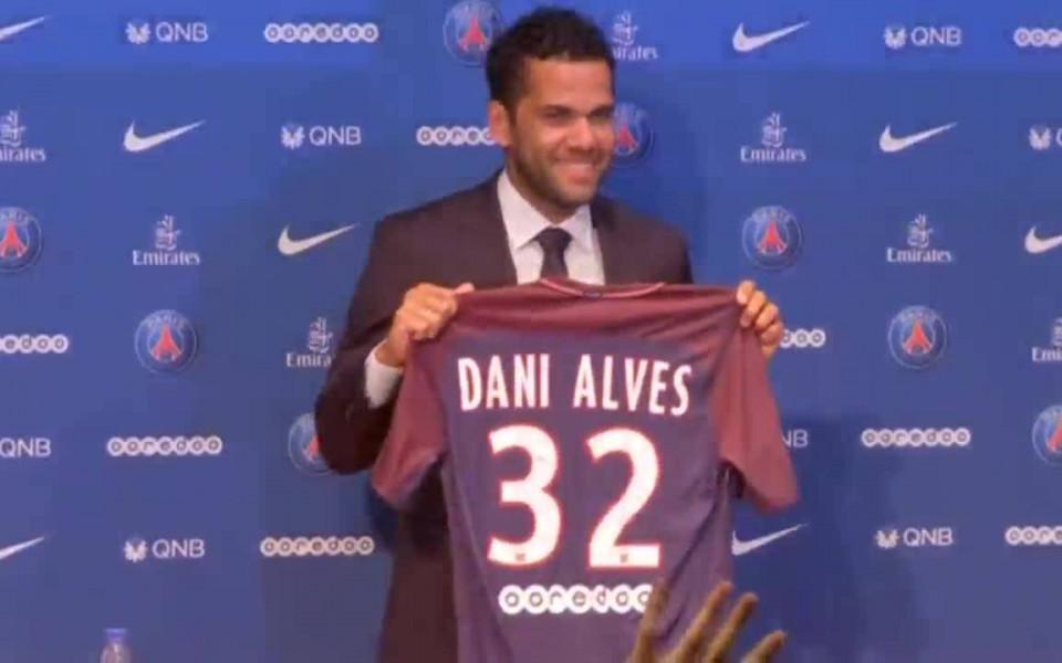 Дани Алвеш си купува клуб