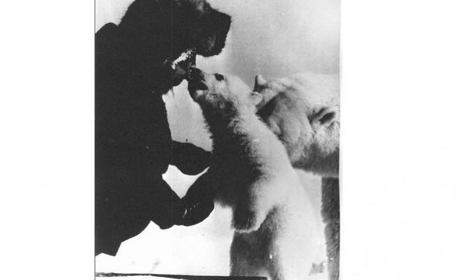 Съветски войник целува бебе полярно мече.