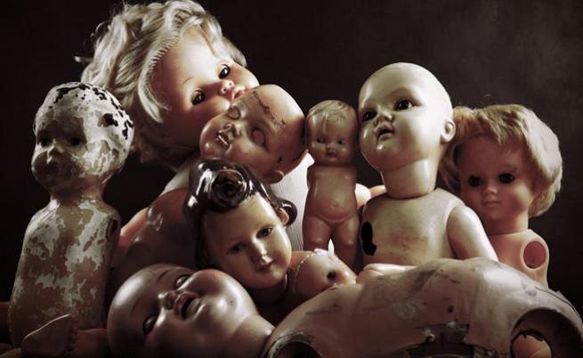 63-годишен мъж, обсебен от обладани от духове кукли