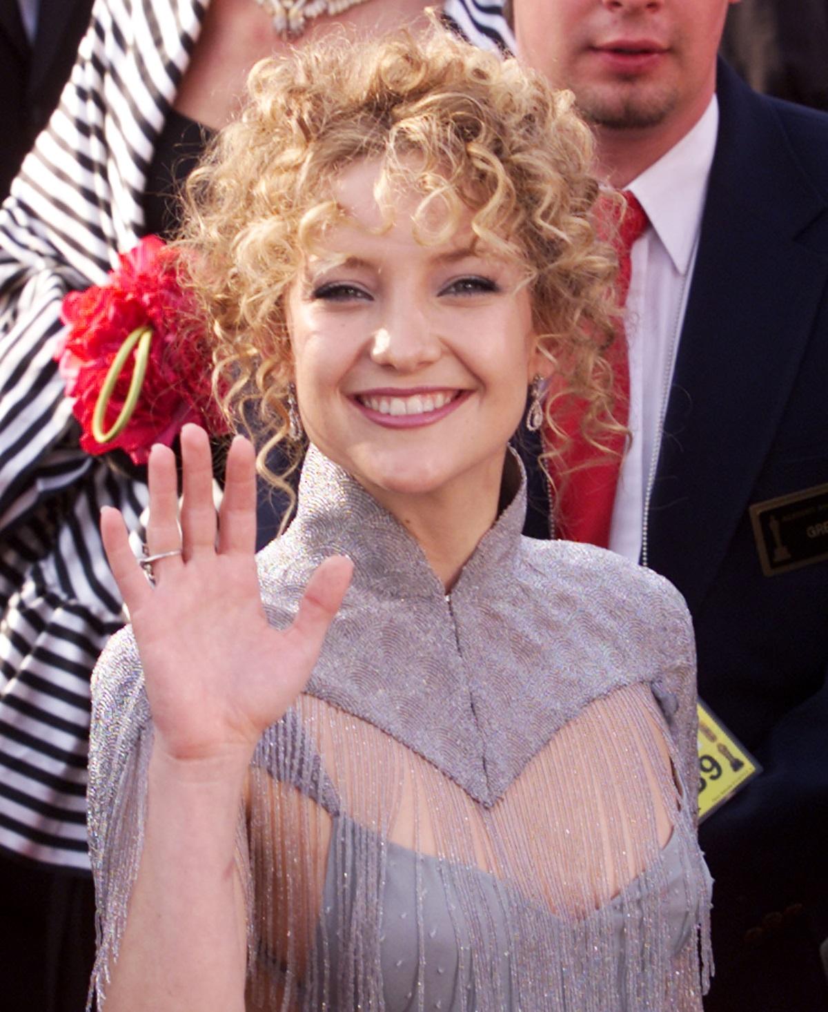 Една от най-известните блондинки в Холивуд често е експериментирала с прическата си през годините, но винаги е оставала вярна на русото.