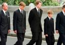 Процесията след ковчега на принцеса Даяна. Граф Спенсър е в средата, от двете му страни са принц Уилям и принц Хари, а до тях са херцогът на Единбург и баща им принц Чарлз