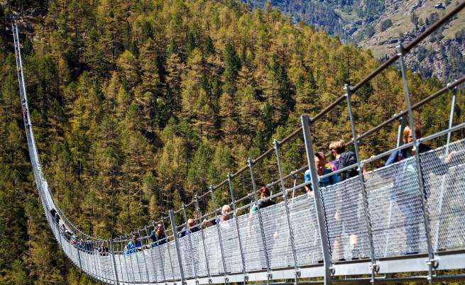 """Мостът """"Европа"""" - най-дългият висящ мост в света. Съоръжението има дължина 494м. и се намира в близост до швейцарското градче Зермат."""