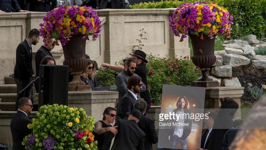 """Погребаха вокалиста на """"Линкин парк"""" - Честър Бенингтън"""