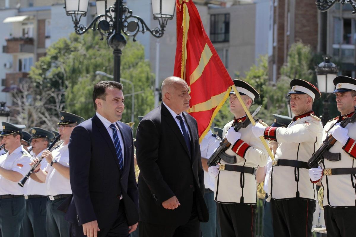 Договорът за приятелство, добросъседство и сътрудничество между България и Македония е факт. Премиерите Зоран Заев и Бойко Борисов положиха подписите си в Министерския съвет в Скопие, при небивал интерес от медиите.
