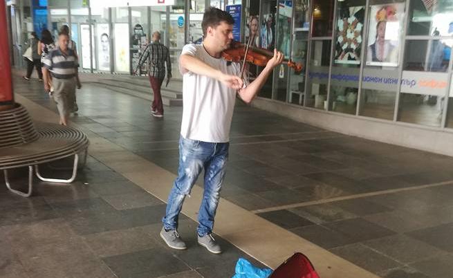 Васко Василев свири в подлеза на Софийския университет?!