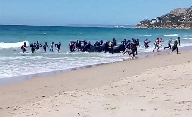 Десетки мигранти изненадаха туристи на испански плаж