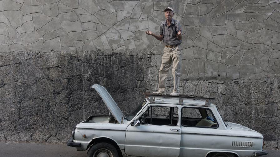 Мъж се е качил върху колата си през август 2015 в Ялта.