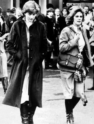 Принцеса Даяна и Камила Паркър Боулс през 1980 г. на конни състезания, в които участва принц Чарлз