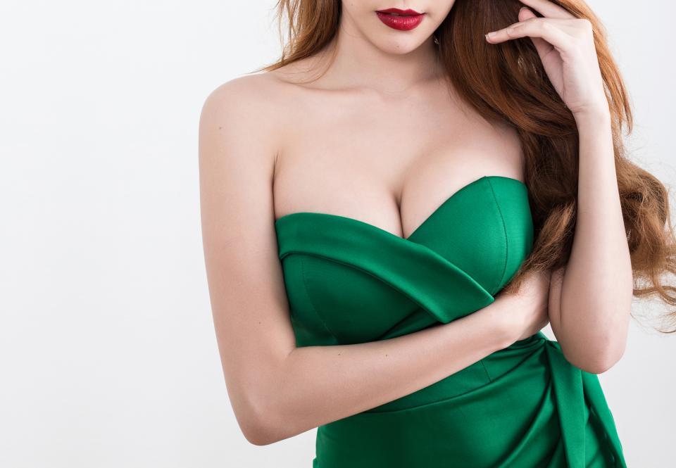 гърди големи бюст жена зелена рокля