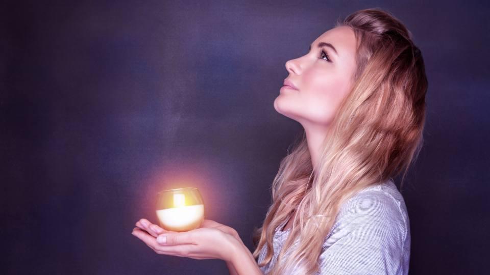 жена свещ