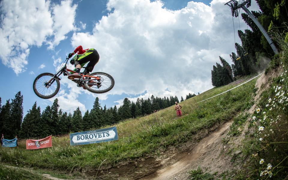 Боровец приема най-добрите състезатели по планинско колоездене
