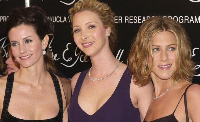 Дженифър Анистън в компанията на актрисите Кортни Кокс и Лиса Кудроу (2010 г.)