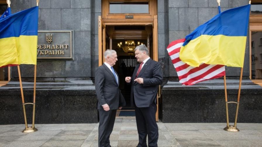 Украинският президент Порошенко и министърът на отбраната на САЩ Джеймс Матис