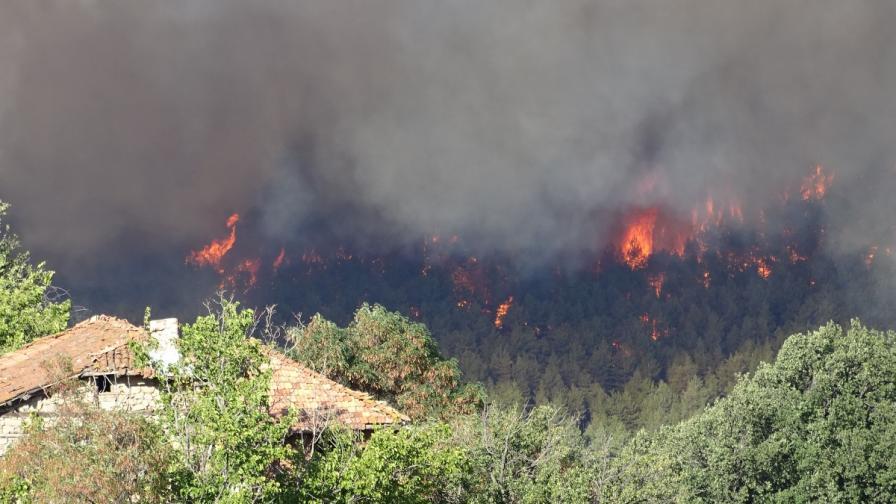 Спешна евакуация заради пожара в Кресненското дефиле