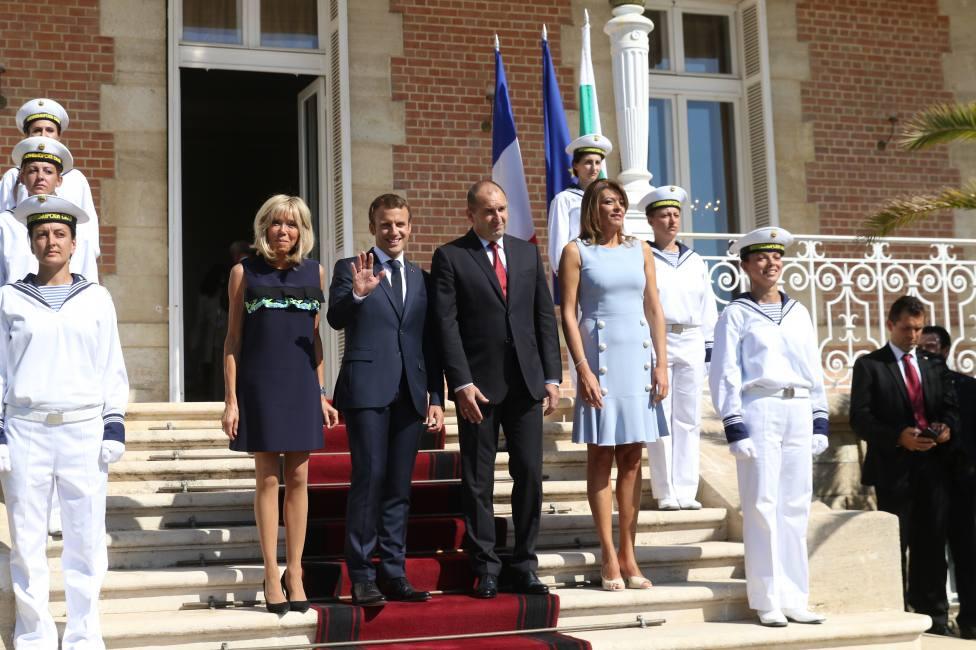 - Румен и Десислава Радеви посрещат семейство Макрон пред двореца в Евксиноград