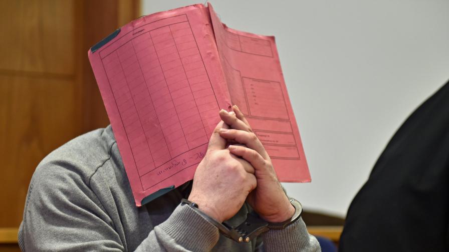 Нилс Х. скри лицето си зад папка и при днешно изслушване в съда
