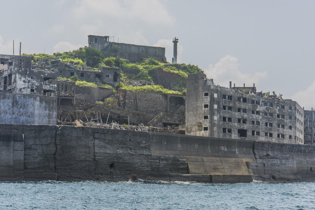 Някога японският остров Хашима е бил едно от най-гъсто населените места в света, но сега е празен и рушащ се. Основан е като миньорска колония през 1887 г. и до 50-те години на XX в. малката скала е дом на 5200 души. Мините обаче са затворени през 1974 г. и градът е изоставен.