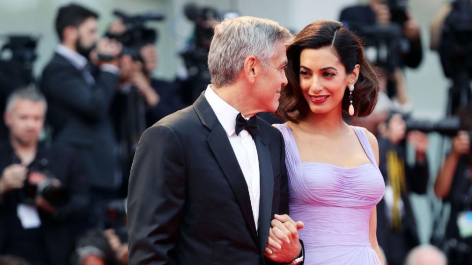 Влюбени и блестящи: Джордж и Амал Клуни на червения килим във Венеция