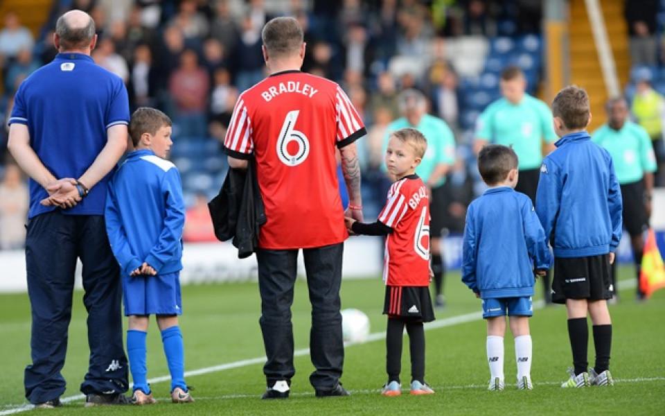 Звезди от футбола и шоубизнеса се събраха за мач в памет на Брадли