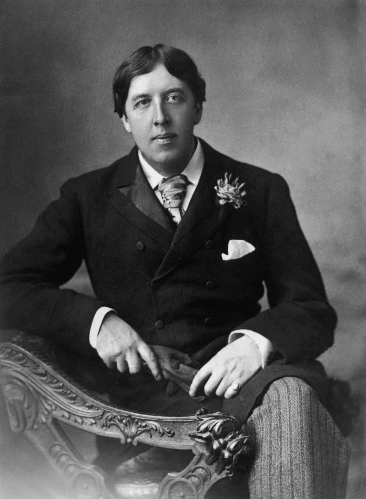 """Оскар Уайлд - Още бащата на ирландския писател е бил член на масонска ложа в Дъблин. През 1875 г., по време на следването си, младият Уайлд се присъединява към масонската ложа Apollo University Lodge no. 357. Само три години по-късно обаче е принуден да я напусне - заради неплатени членски вноски. През 1883 г. е изключен и от Churchill Lodge, което слага край на масонската му """"кариера""""."""