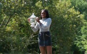 Слоун Стивънс позира с трофея от US Open в Сентрал Парк