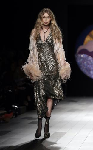 В понеделник вечер Джиджи и сестра ѝ Бела Хадид представиха колекцията на дизайнерката Анна Суи. Точно преди да излезе на подиума, дясната обувка на Джиджи се изхлузва от крака ѝ. Тя запазва самообладание и продължава шоуто, сякаш нищо не се е случило.