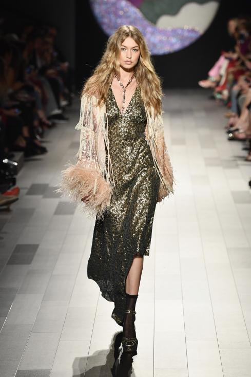 - В понеделник вечер Джиджи и сестра ѝ Бела Хадид представиха колекцията на дизайнерката Анна Суи. Точно преди да излезе на подиума, дясната обувка на...