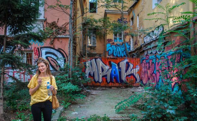 """Гидът Стела показва пример за """"естествена графити галерия"""""""