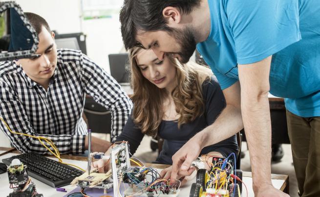 Младият преподавател по Компютърни архитектури маг. инж. Росен Витанов води кръжок по роботика в учебното заведение.