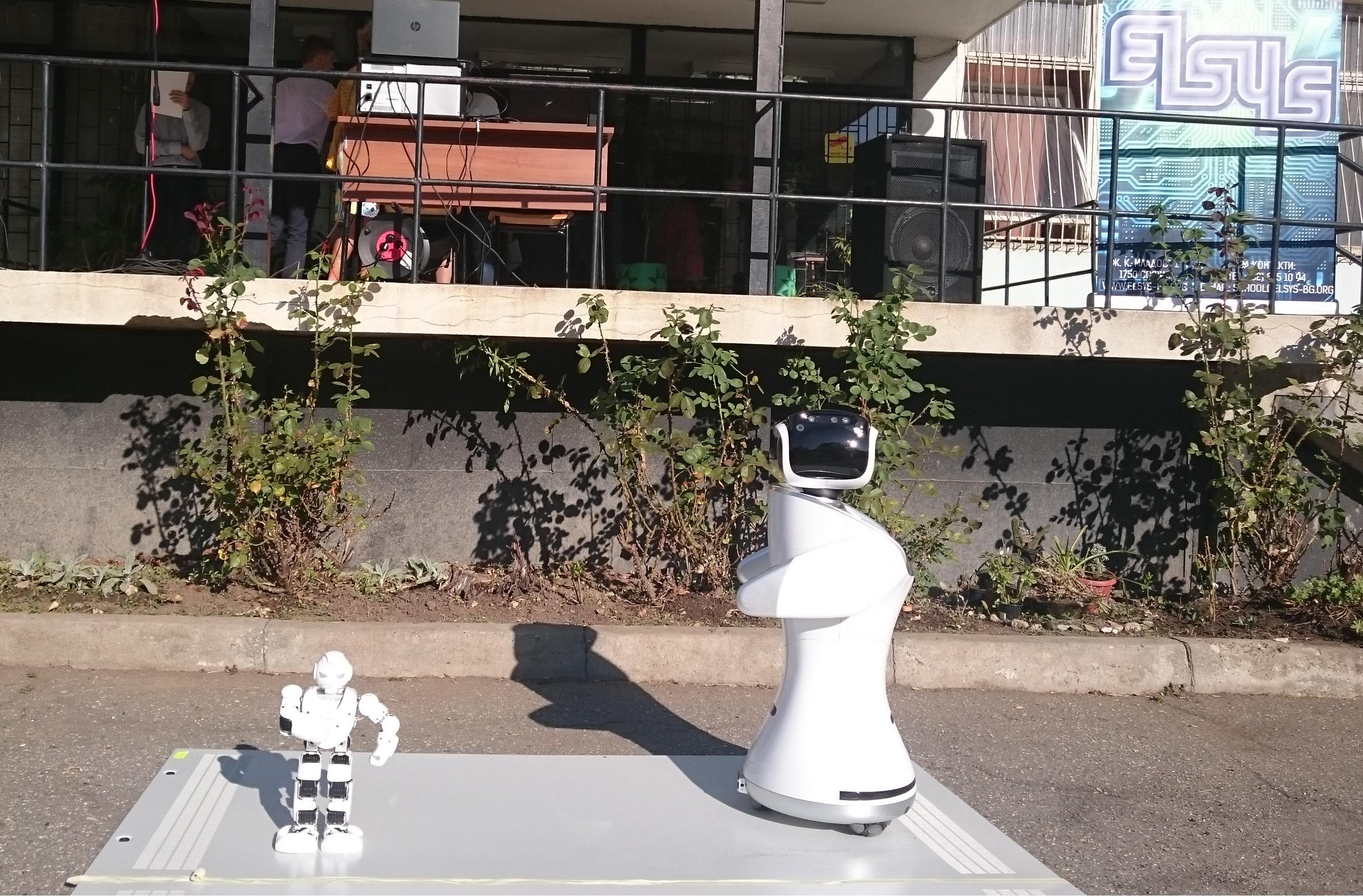 Роботите Хиро и Сани