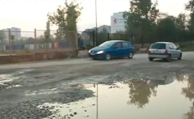Абсурд: Разбита улица спира деца от училище