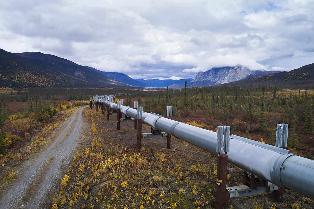 Построена заради петролопровода Аляска през 1974 г. като път който минава успоредно с него, магистрала Далтън е предимно от чакъл и не е за слаби сърца.