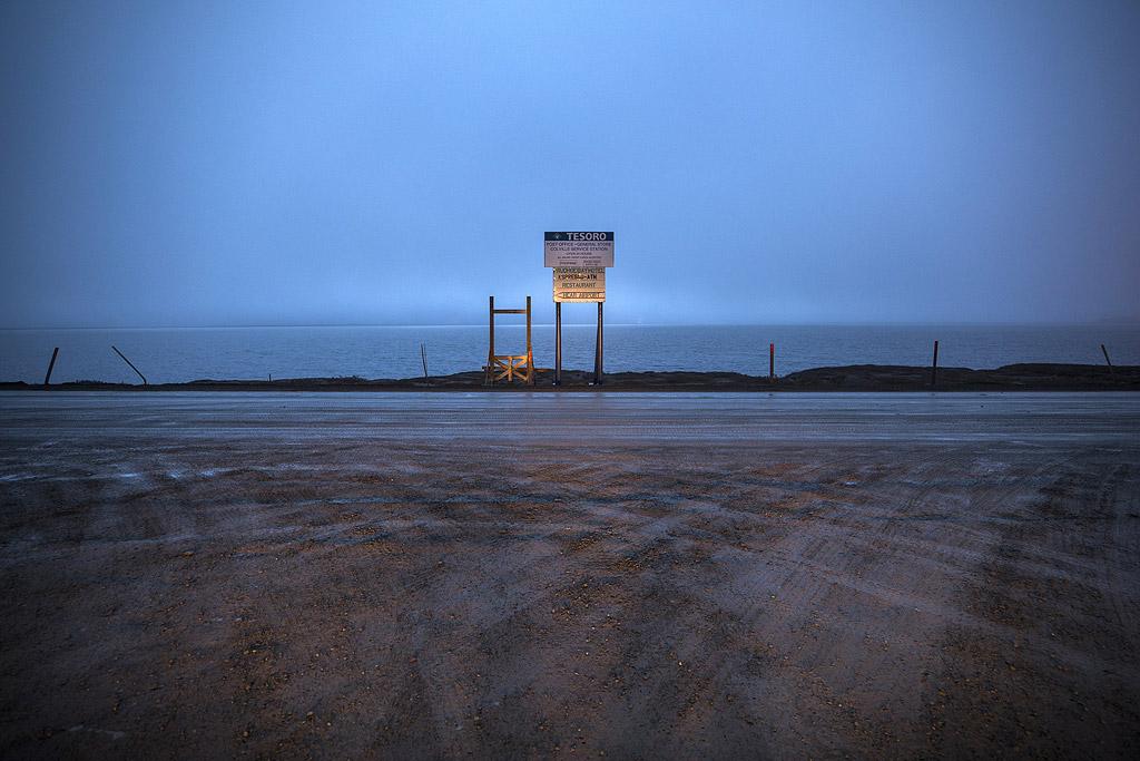 Пътят свършва там, на грозна и безцеремонна пресечка в лагера на петролния работник на Deadhorse.