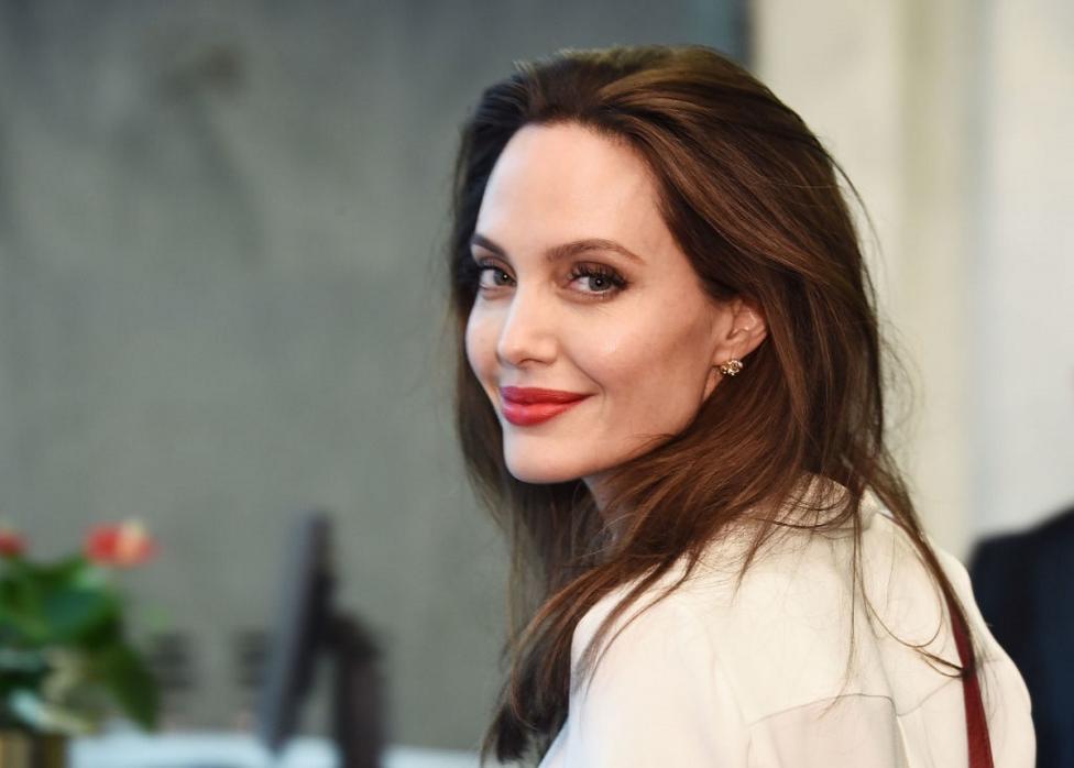 """Сн. 7  - Няма как да минем без Анджелина Джоли. И да не сме щастливи от факта, че пистолета, когото тя нарича """"Мама знае най-добре"""" не е бил използван по..."""